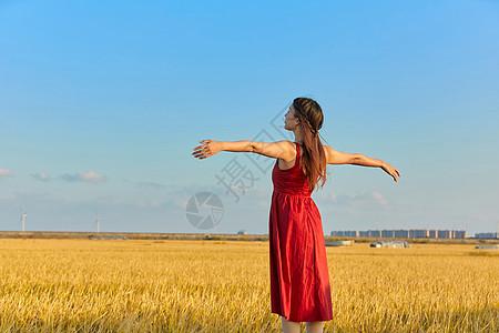 年轻文艺美女拥抱大自然图片