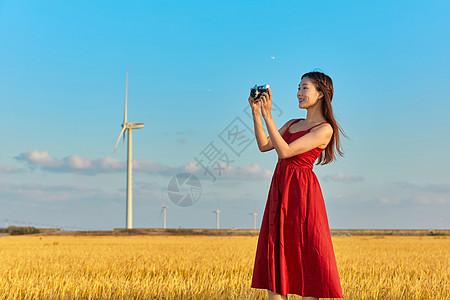 文艺美女旅游拍照图片