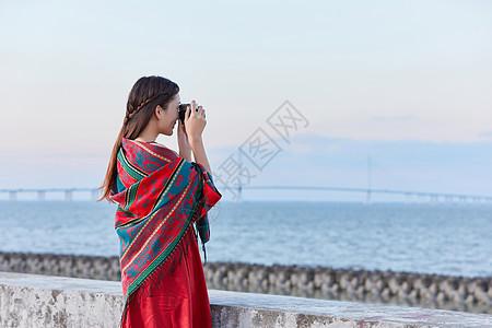 文艺美女海边拍照图片