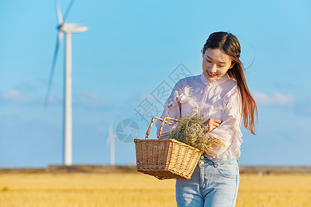 年轻美女手拿花篮图片