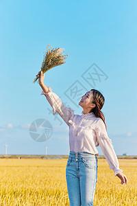 年轻美女手拿花图片