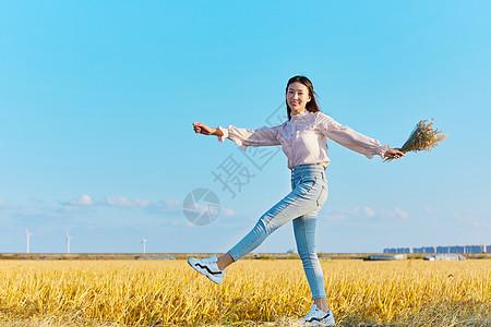 文艺美女走在田埂上图片