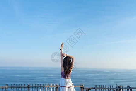 巴厘岛情人崖上的少女背影图片