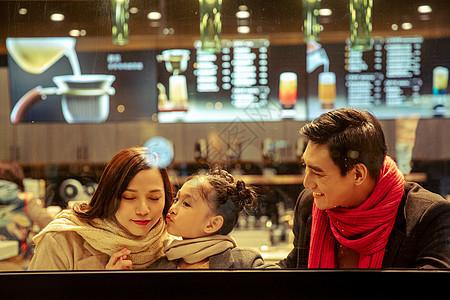 咖啡店橱窗内的一家三口图片