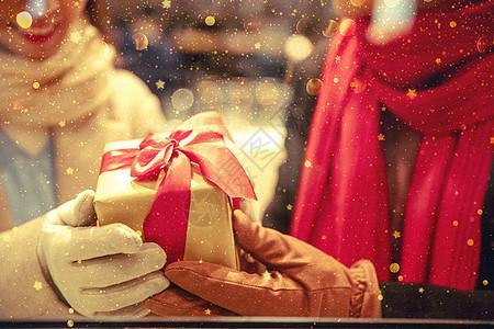 情侣约会送礼物特写图片