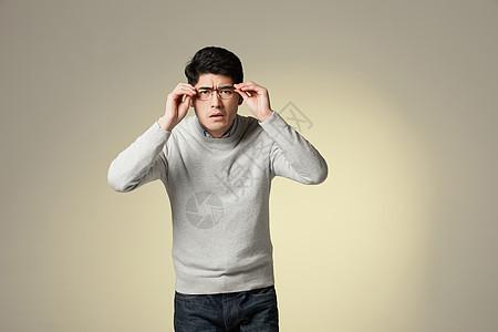 青年男性测量视力图片
