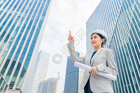 女性建筑工程师拿图纸图片