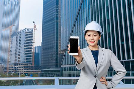 女性建筑工程师拿手机图片