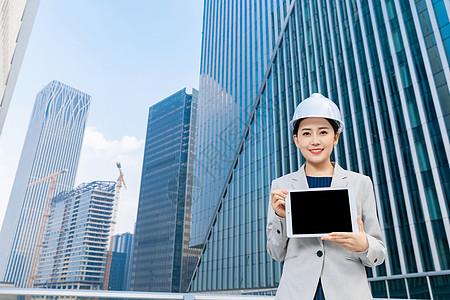 女性建筑工程师拿平板电脑图片