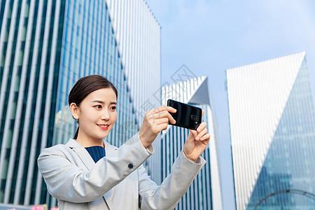 工程师商务女性拿手机拍照图片