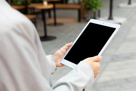 商务女性拿平板电脑户外办公图片
