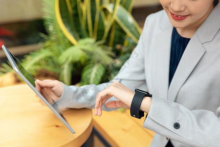 商务女性拿平板电脑办公图片