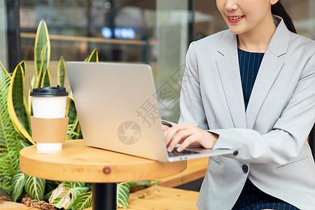商务女性拿笔记本电脑办公图片