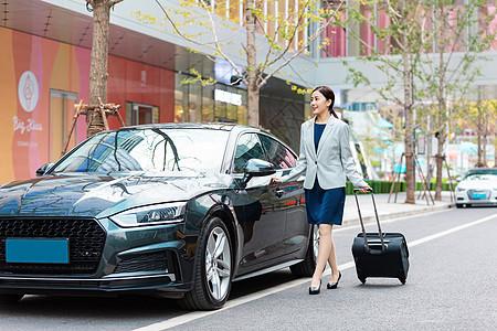 商务女性开车门图片