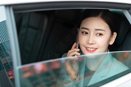 商务美女车内打电话图片