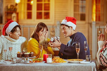 年轻人圣诞节互送礼物图片