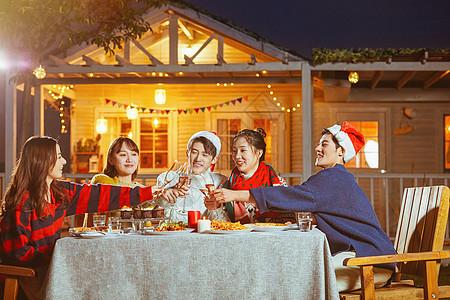 年轻人圣诞聚会喝酒碰杯图片
