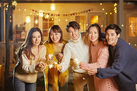 年轻人聚会玩仙女棒烟花图片