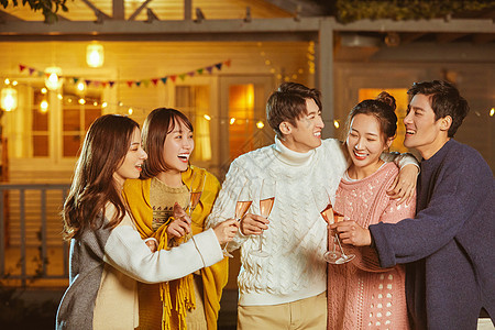 青年人聚会喝酒碰杯图片