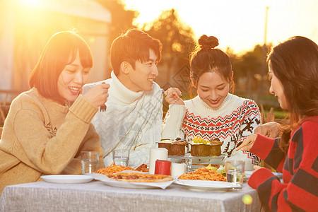 青年冬日户外聚餐图片