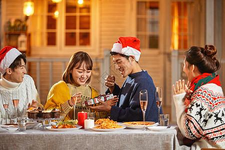 年轻人平安夜互送圣诞礼物图片