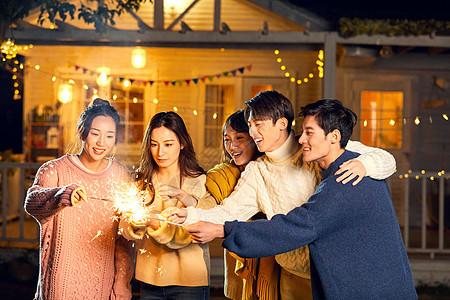 青年聚会玩仙女棒烟花图片