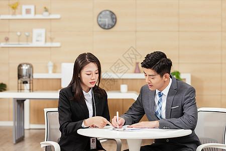 面试官与填表格的求职男性图片