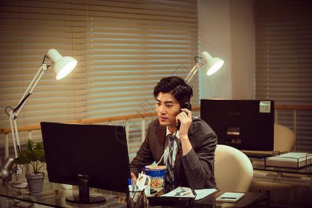 职场男性深夜加班打电话图片