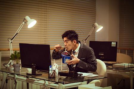 职场男性深夜加班吃泡面图片