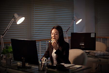 职场女性深夜加班吃三明治图片