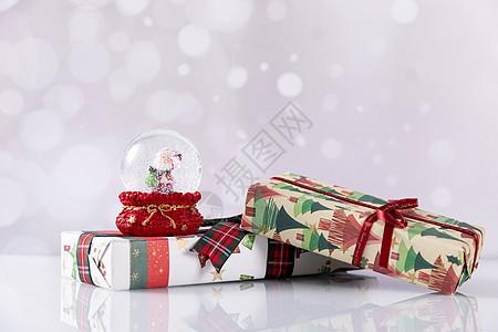 圣诞玻璃雪球和礼物盒图片