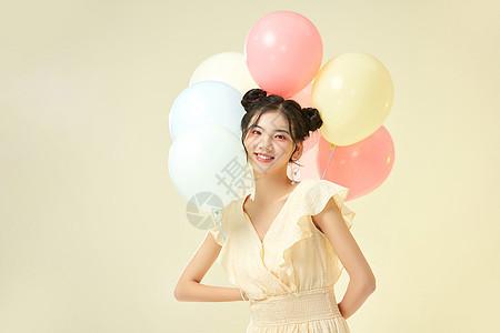 可爱女生手拿气球图片