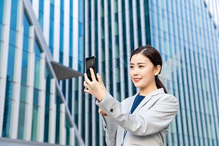 商务女性户外视频通话图片
