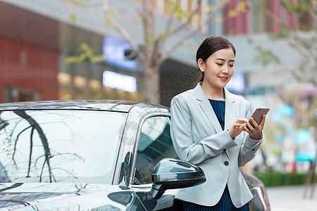 商务女性驾车出行打电话图片