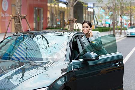 商务女性驾车出行开车门图片