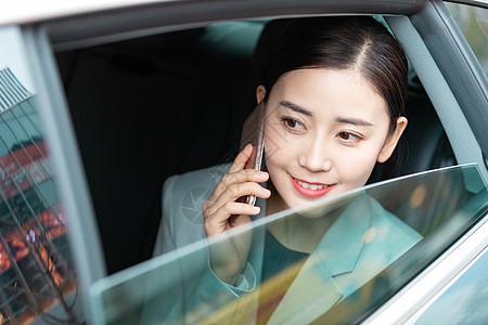 商务女性车内打电话图片