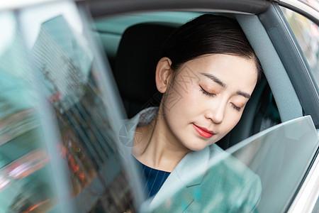 商务白领女性车内休息图片