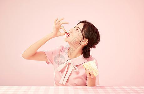 可爱少女吃蛋糕图片