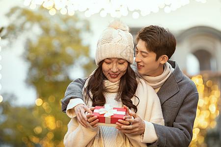 冬季情侣街头送礼物图片