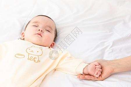 妈妈用手托着睡觉宝宝的手图片