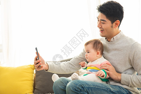 年轻爸爸和宝宝一起视频通话图片