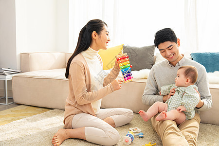 年轻爸妈陪宝宝玩玩具图片