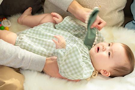 爸爸给宝宝整理衣服图片