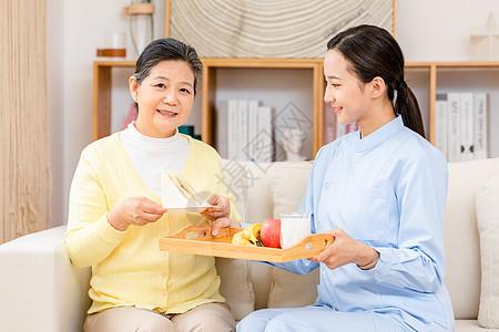 护工送早餐给老奶奶吃图片