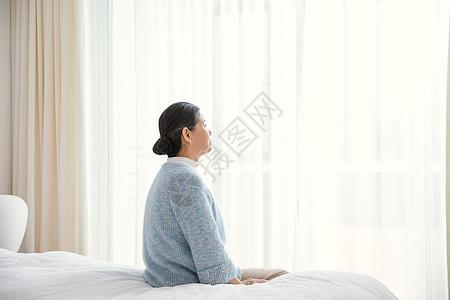 孤独老人在卧室图片