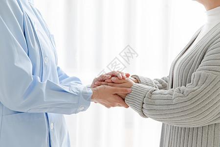 家庭护士和老人握手图片