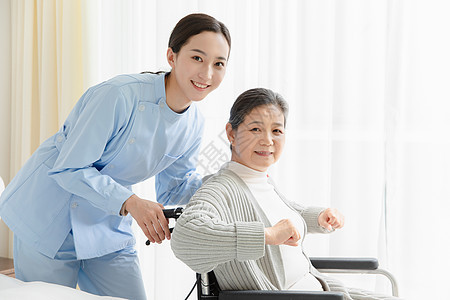 护工关爱老人图片