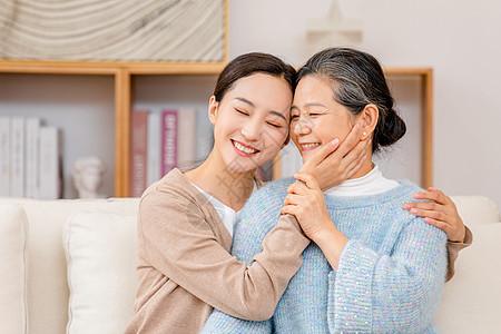 母亲和女儿幸福的抱在一起图片