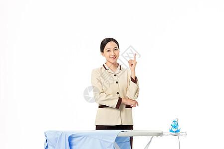 家政服务女性熨烫衣物图片