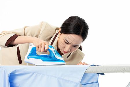 家政服务女性熨烫衣服图片